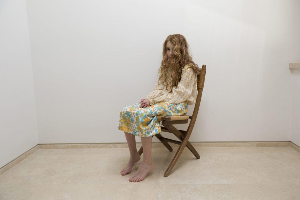 Tammy Klein – Photography – Mia is sitting – From the Series Emma & Mia